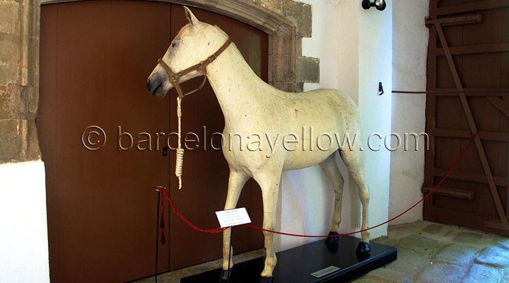 white_horse_ritz_dali